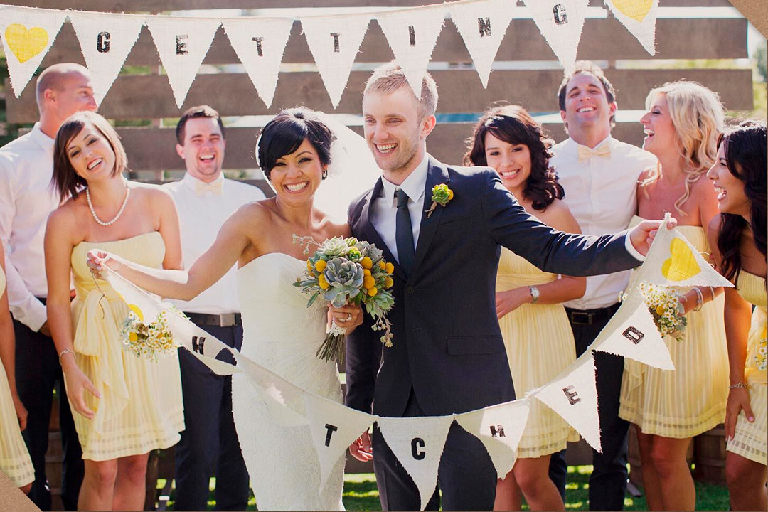 casal segurando bandeira festa casamento